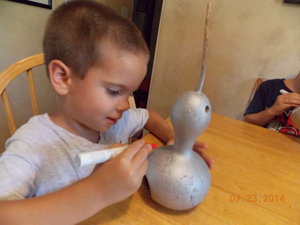 kids decorating birdhouses made from gourds