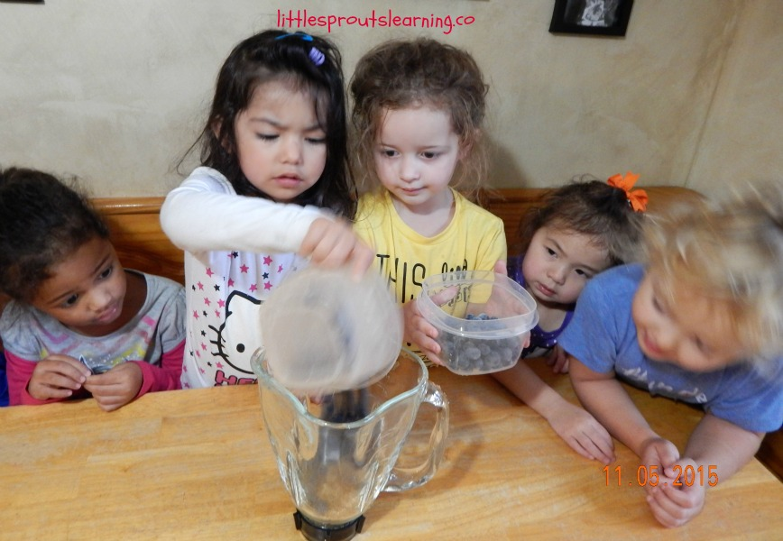 kids making peach blueberry smoothies