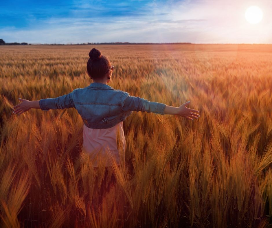 women in a field living her best life, empowering words for women