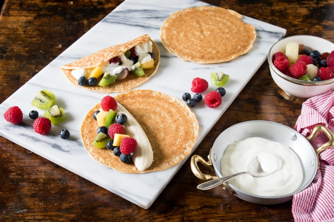 Crepes filled with fruit and yogurt sauce for a healthy snack